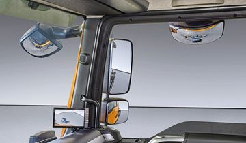 A camera system helps the driver to get an all-round view. The area on the right-hand side of the vehicle is difficult to see solely through the rear-view mirror, so the driver is afforded an additional view on a monitor attached to the right-hand A-pillar or a screen on the instrument panel inside the cab. DE: VAS Ein Kamerasystem unterstuetzt den Fahrer beim Rundumblick. Das Fahrzeugumfeld  an der erschwert einsehbaren rechten Fahrzeugseite wird zusaetzlich zum Rueckspiegel auf einem, in der Kabine an der rechten A-Saeule befestigten Monitor oder einem Bildschirm auf dem Armaturentraeger dargestellt. UK: A camera system helps the driver to get an all-round view. The area on the right-hand side of the vehicle is difficult to see solely through the rear-view mirror, so the driver is afforded an additional view on a monitor attached to the right-hand A-pillar or a screen on the instrument panel inside the cab.