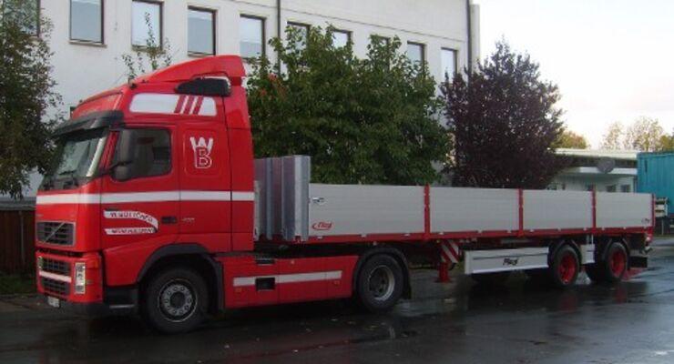 Auflieger für Bautransporte in der Stadt