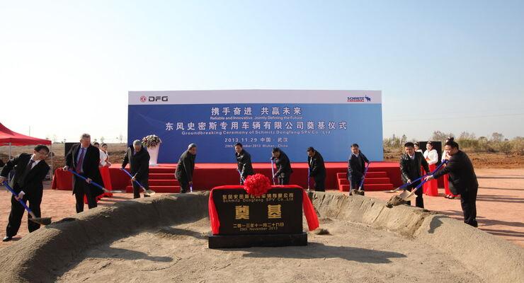 Bei der Grundsteinlegung waren anwesend: Vertreter der Stadt Wuhan und der stellvertretende Bürgermeister. Das Management und der Aufsichtsrat von Dongfeng, sowie die Schmitz Cargobull Vorstandsmitglieder Andreas Schmitz (CEO des Joint Venture, 2.v.l.) und Ulrich Schöpker (3.v.l.).