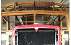 Formensprache: Hinter dem mächtigen Kühler folgt ein filigraner Holzaufbau für die Bleche des Fahrerhauses.