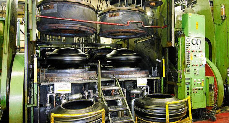 Goodyear Dunlop, Reifenproduktion, Kautschukballen, Lkw-Reifen