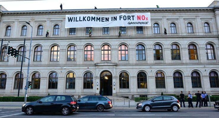 Greenpeace-Aktivisten demonstrierten auf dem BMVI-Gebäude.