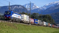 Güterzug im Alpentransit durch die Schweiz.