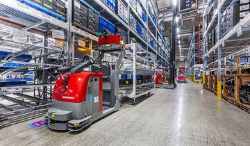 In der Halle B im Güterverkehrszentrum (GVZ) Ingolstadt sind Logistik und Produktion unter einem Dach – ein Idealfall, um effizienten und nachhaltigen Prozessen gerecht zu werden. Rund 500 Audi-Mitarbeiter sind in den Vormontagecentern Hinterachsen- und Cockpitmodul-Fertigung und den zugehörigen Logistikbereichen tätig. Die Halle B ist ein Gemeinschaftsprojekt der AUDI AG und der IFG Ingolstadt. Im Bild: Automatisiertes Fahrerloses Flurförderzeug holt Material im sogenannten Supermarkt ab, um es zur Vormontagelinie zu transportieren