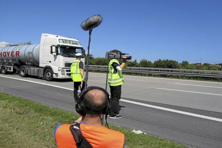 Kamerateam filmt Lkw