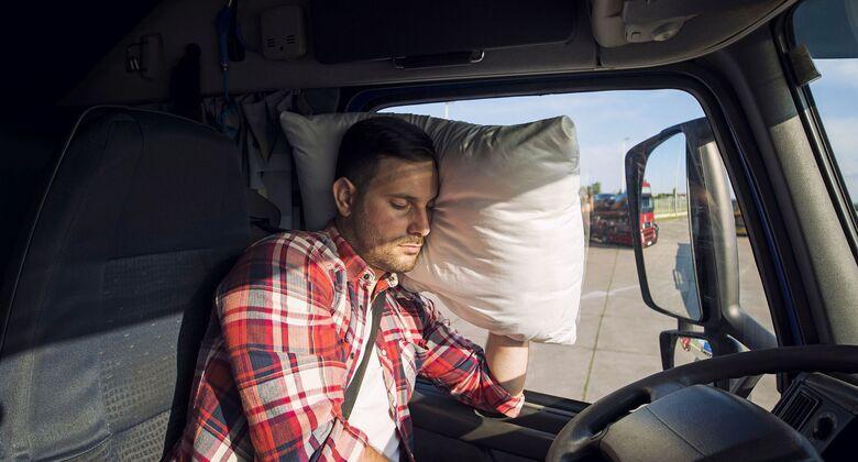 Lkw-Fahrer macht Pause in Fahrerkabine