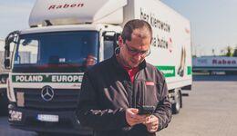 Lkw-Fahrer von Raben mit Handheld