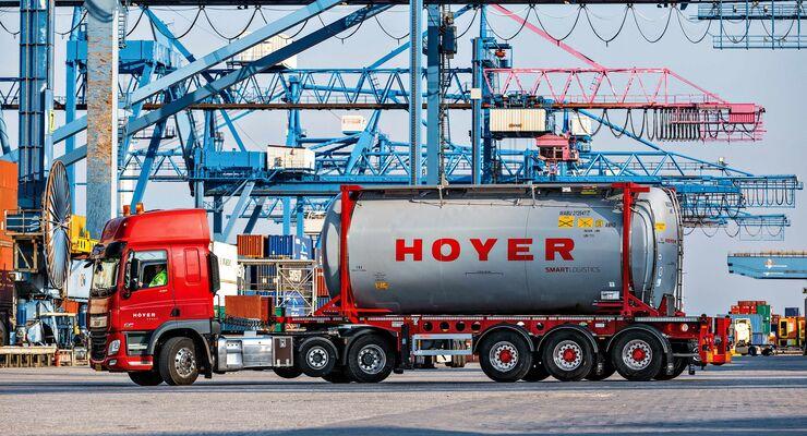 Lkw der Hoyer Group am Hafen Rotterdam