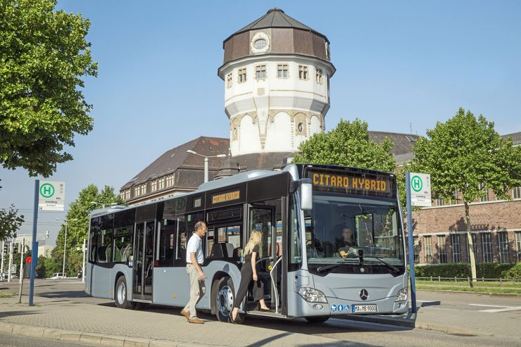 Mercedes-Benz Citaro hybrid, Exterieur, eisblau metallic, OM 936 h mit 220 kW (299 PS), 7,7 L Hubraum, Elektro-Motor mit 14 kW, 6-Gang-Automatikgetriebe, LED-Scheinwerfer, Länge/Breite/Höhe: 12.135/2.550/3.120mm, Beförderungskapazität: max. 1/96 // Mercedes-Benz Citaro hybrid, Exterior, ice blue metallic, OM 936 h rated at 220 kW/299 hp, displacement 7.7 l, electric motor rated at 14 kW, 6-speed automatic transmission, LED headlamps, length/width/height: 12135/2550/3120mm, passenger capacity: max. 1/96.