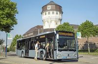 Mercedes-Benz Citaro hybrid, Exterieur, eisblau metallic, OM 936 h mit 220 kW (299 PS), 7,7 L Hubraum, Elektro-Motor mit 14 kW, 6-Gang-Automatikgetriebe, LED-Scheinwerfer, Länge/Breite/Höhe: 12.135/2.550/3.120 mm, Beförderungskapazität: max. 1/96 // Mercedes-Benz Citaro hybrid, Exterior, ice blue metallic, OM 936 h rated at 220 kW/299 hp, displacement 7.7 l, electric motor rated at 14 kW, 6-speed automatic transmission, LED headlamps, length/width/height: 12135/2550/3120 mm, passenger capacity: max. 1/96.