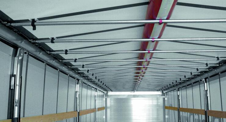 """Mit dem RSAB können die gefährlichen Dachlasten schnell, einfach und sicher mittels im Trailer vorhandener Druckluft beseitigt werden. Per Knopfdruck wird mit einem Luftschlauch unter der Dachplane die Plane mittig angehoben. Durch diese """"Dachwölbung"""" können sich Wasser, Schnee und Eis nicht halten."""