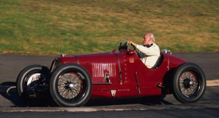 Motor Presse-Gründer Paul Pietsch 2001 zu seinem 90. Geburtstag bei einer Erinnerungsrunde auf der Nordschleife des Nürburgrings im Maserati 4 CM