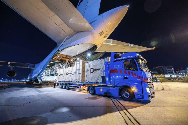Schwertransport der Firma Hermle mit einer Antonov AN-124 vom Stuttgarter Flughafen