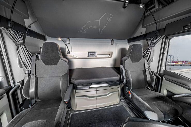 The moon gray color scheme in the GX cab of the new MAN TG series exudes timeless elegance. Das Farbambiente moon gray im GX-Fahrerhaus der neuen MAN TG-Baureihe strahlt zeitlose Eleganz aus.
