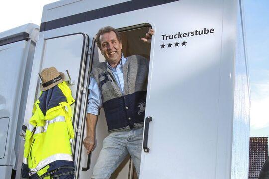 Truckerstube M-Truck m-line Dusche Fa wohnen handtuch zu Hause heimisch daheim couch schlafcouch sofa schlafsofa sohn Regale Kommode Kleider Poster Sauber Kabine innen Fahrerhaus Führerhaus