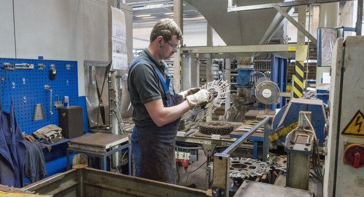 ZF Bielefeld arbeitet gebrauchte Getriebekomponten nachhaltig auf. Dafür hat das ZF-Remanufacturing-Werk Bielefeld die Cradle-to-Cradle-Zertifizierung für nachhaltige Kreislaufwirtschaft erhalten.
