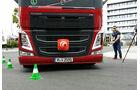 Zentimetergenau steuern die Teilnehmer ihre Fahrzeuge durch den Kurs.