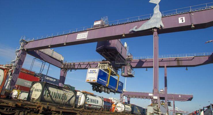 Zum 10. Januar startet Kombiverkehr einen Direktzug zwischen Duisburg und dem niederländischen Hafenterminal Moerdijk.
