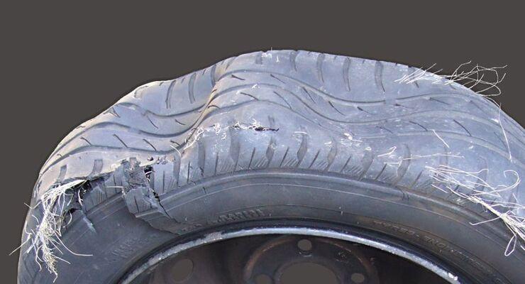 geplatzter Reifen, Fotolia, 2012